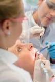 专业牙齿队核对患者妇女 免版税库存图片
