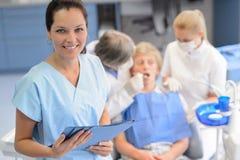 专业牙医队核对少年患者 免版税图库摄影