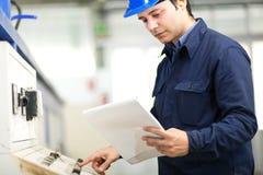 年轻专业电工在工作 免版税库存照片