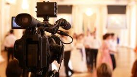 专业电视录象制作击中葡萄酒球服装的人在历史球 影视素材