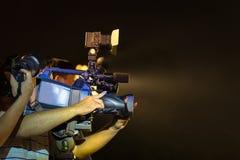 专业电视摄象机特写镜头在事件的在晚上 免版税库存照片