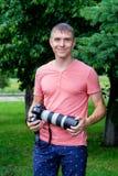 专业男性摄影师 免版税库存照片