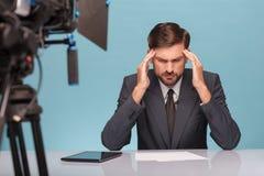 专业男性新闻广播员感觉在他的痛苦 免版税库存照片