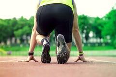 专业男性赛跑者采取准备好对开始状态 库存图片