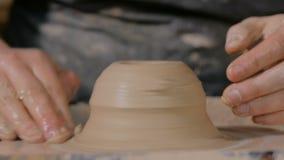 专业男性陶瓷工与在陶瓷工` s轮子的黏土一起使用 股票视频