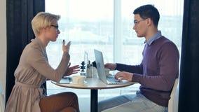 年轻专业研究在膝上型计算机的一个新的项目的商人和女实业家 股票录像