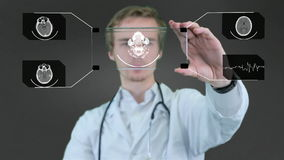 专业科学家,使用未来派触摸屏幕技术的医生,显示X-射线 行动图表 股票录像