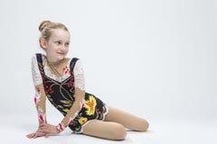 专业竞争衣服的白种人女性节奏性体操运动员运动员 图库摄影