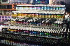 专业纹身花刺油漆管在陈列室的 库存图片