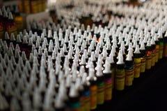 专业纹身花刺油漆许多管在陈列室的 免版税库存图片