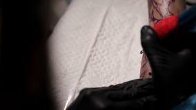 专业纹身花刺艺术家在一只女孩` s手做纹身花刺 关闭 股票视频
