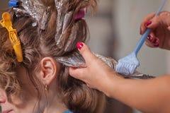专业美发师工作与客户 图库摄影