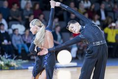 专业舞蹈夫妇执行青年时期2拉丁美洲的节目 库存图片