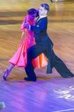 专业舞蹈夫妇执行青年标准欧洲节目 免版税库存图片