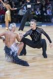 专业舞蹈夫妇执行WDSF国际冠军联盟战利品的青年拉丁美洲的节目 免版税库存图片
