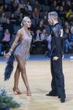 专业舞蹈夫妇执行WDSF国际性组织冠军的青年拉丁美洲的节目 库存照片