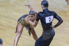 专业舞蹈夫妇执行WDSF国际WR舞蹈杯的青年时期2拉丁美洲的节目 库存图片