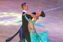 专业舞蹈夫妇执行WDSF国际WR舞蹈杯的青年标准欧洲节目 库存图片