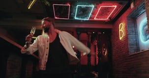 专业舞蹈家人,有好的芭蕾舞蹈艺术跳舞的在俱乐部和藏品一杯香槟 影视素材