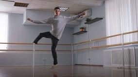 专业舞蹈家在排练大厅里 他执行把戏 在爵士乐的把戏一个现代派样式叫 股票录像