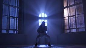 专业舞蹈家女孩执行的难以置信节律唱诵的音乐 在月光的剪影 影视素材