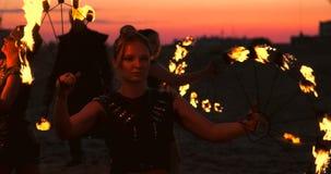专业舞蹈家妇女做火展示和烟火的表现在与燃烧的闪耀的火炬的节日 股票录像