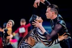 专业舞蹈家表现夫妇在舞厅舞的 免版税库存照片