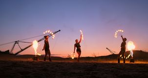 专业艺术家显示火展示在沙子的一个夏天节日在慢动作 第四名人杂技演员从 股票录像