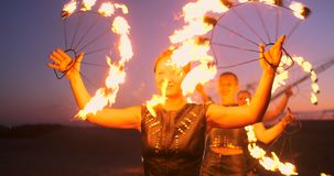 专业艺术家显示火展示在沙子的一个夏天节日在慢动作 第四名人杂技演员从 股票视频
