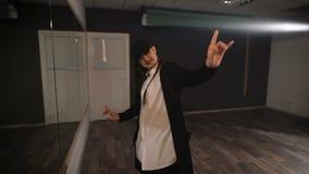 专业节律唱诵的音乐舞蹈家在大厅里排练 准备的酒吧女排练和跳舞争斗 她花费很多 股票视频