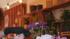 专业花编排者显示如何做混杂的花花束 影视素材
