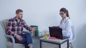 专业营养师女性写笔记,当谈话与客户人时并且劝告健康的健康饮食 影视素材