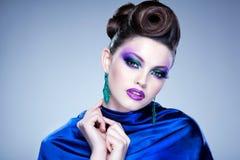 专业蓝色构成和发型在美丽的妇女面孔-演播室秀丽射击 图库摄影