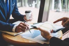 专业行政经理,商务伙伴谈论想法销售计划和投资介绍项目在会议上 免版税库存图片