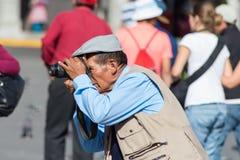 专业街道摄影师在阿雷基帕,秘鲁 免版税库存照片