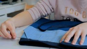 专业裁缝,缝合的设计师测量的衣服夹克在工作室 库存照片