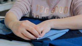 专业裁缝,缝合的设计师测量的衣服夹克在工作室 图库摄影