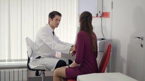 专业诊所的医生咨询的患者 4K 股票录像