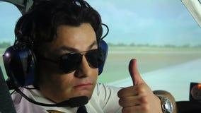 专业试验佩带的太阳镜,坐在驾驶舱内的耳机在飞行前 影视素材