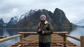 专业谷摄影师男性照相与拍摄风景风景自然的DSLR佩带的背包的 股票录像