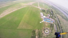 专业跳伞运动员准备在绿色领域的着陆 夏天 风景 股票录像