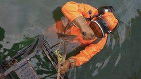 专业轻潜水员采取工具对工作和倾没入海洋水  股票录像