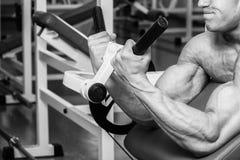 专业运动员在健身房执行锻炼 免版税库存照片