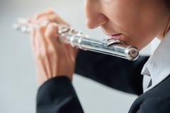 专业长笛演奏家独奏球员 免版税库存照片