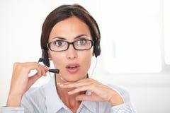 专业雇员发表演讲关于耳机 免版税库存照片