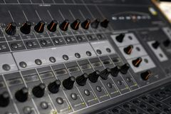 专业音频搅拌器和放大器用不同的瘤为 免版税库存图片