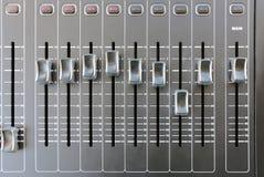专业音频混合的控制台按钮 顶视图 库存照片