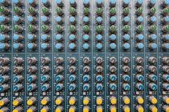 专业音频dj搅拌器控制台、合理的工具和齿轮,演播室设备图片,音量控制器选择聚焦图片  库存照片