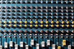 专业音频dj搅拌器控制台、合理的工具和齿轮,演播室设备图片,音量控制器选择聚焦图片  免版税库存图片