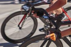 专业骑自行车者刹车 免版税库存图片